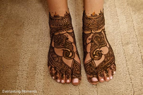 indian bride getting ready,indian wedding makeup,indian wedding mehndi