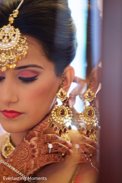 indian bride getting ready,indian wedding makeup,gold indian wedding jewelry