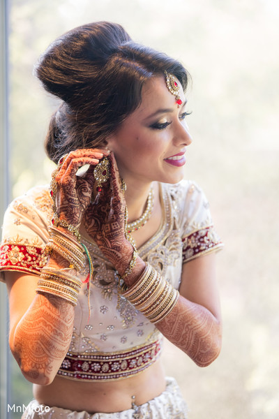 indian bride getting ready,indian bridal hair and makeup,indian bridal jewelry,indian weddings,indian wedding mehndi