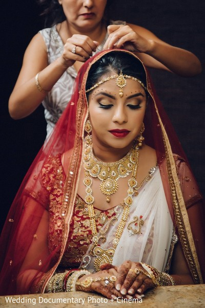 bride getting ready,indian bride getting ready,getting ready images,getting ready photography,getting ready,gold bridal set,gold wedding set,gold indian bridal set,gold indian bridal jewelry,gold indian wedding set,gold indian wedding jewelry,gold wedding jewelry,gold bridal jewelry set,jewelry,jewelry set