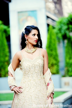indian-wedding-bride-reception-dress-gold-necklace-cream,Portraits