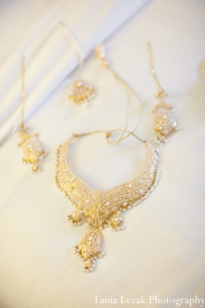 Indian-wedding-getting-ready-gold-necklace