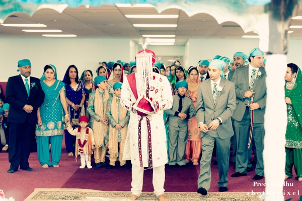 Indian wedding in sikh temple begins.